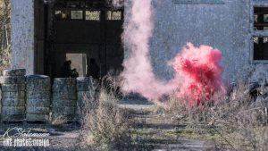 Rote Rauchbombe brennt auf Spielfeld