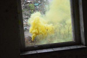 Gelbe Rauchbombe auf dem Spielfeld.