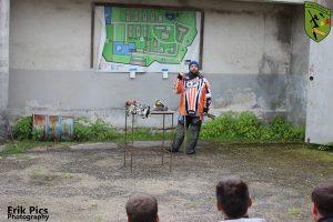 Referee erklärt den Spielern den Geländeplan