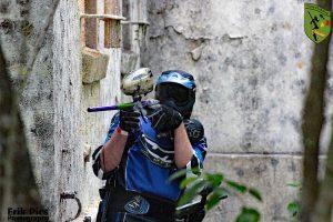 Spieler zielt hinter der Mauer auf dem Spielfeld auf den Gegner